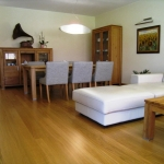 Drevený stôl do obývačky